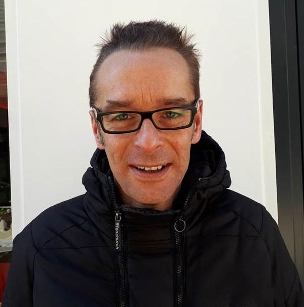 Charles, animateur de Parachute sur Wave Radio Hossegor.